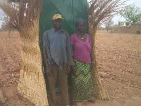 Les familles devant leurs latrines